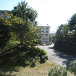 バルコニーからの眺望、前面棟との間隔広く開放感があります。(周辺)